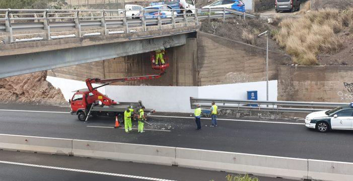 Atención: desprendimientos en un puente de la TF-1 debido al paso de un camión