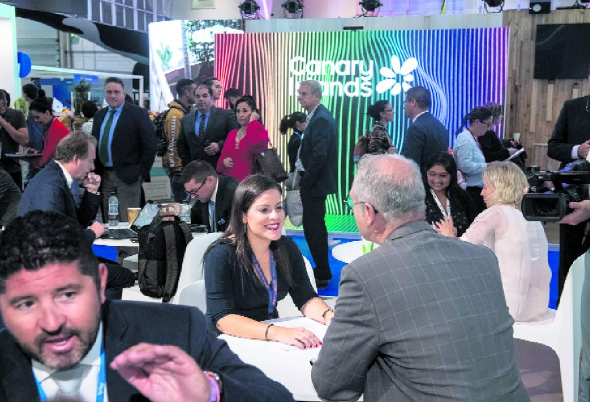 Imagen del Pabellón de Canarias en la WTM de Londres lleno de empresarios y profesionales que durante todo el día han mantenido encuentros. DA