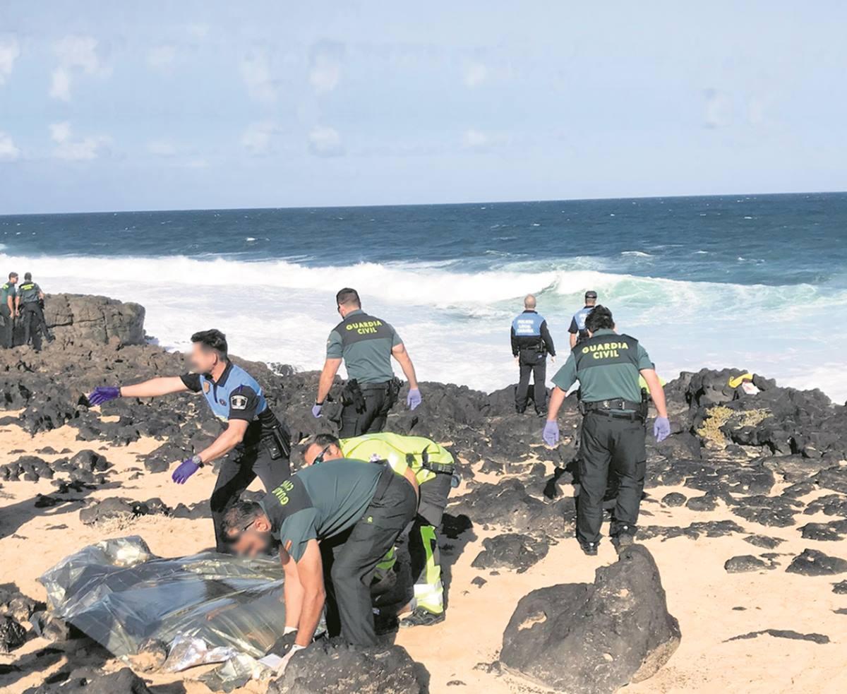 Rescate del cuerpo sin vida de uno de los fallecidos ayer en las costas de Lanzarote. la Voz de Lanzarote