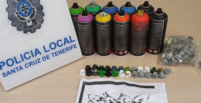 Pillan, con las 'manos en el espray', a un grafitero en Santa Cruz
