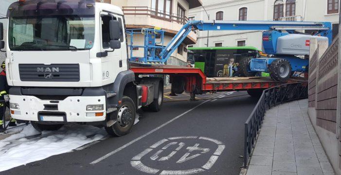 El espectacular accidente de un camión colapsa la circulación en La Orotava