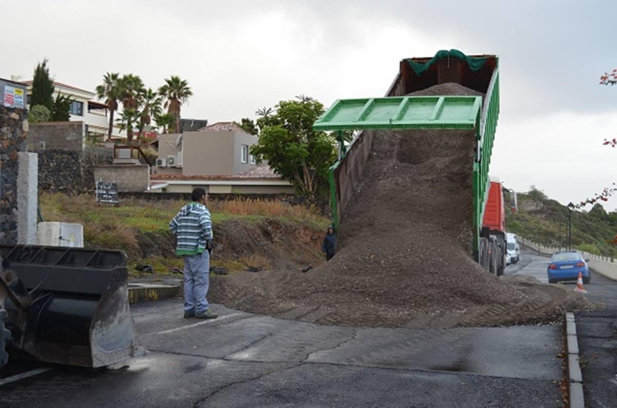 Un operario junto a uno de los camiones que inician la construcción de la plataforma sobre la que irá la grúa. DA