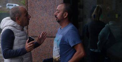 A la derecha, Alejandro Díaz, que testificó ayer, conversa con otro de los extrabajadores, Francisco Ramos, a las puertas de los juzgados laguneros. Fran Pallero