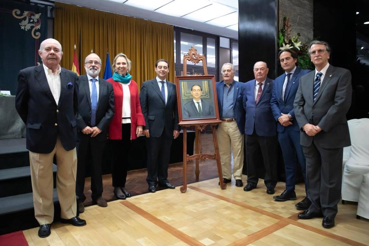 Los representantes del Casino y los personas reconocidas este año, junto al retrato presentado. DA