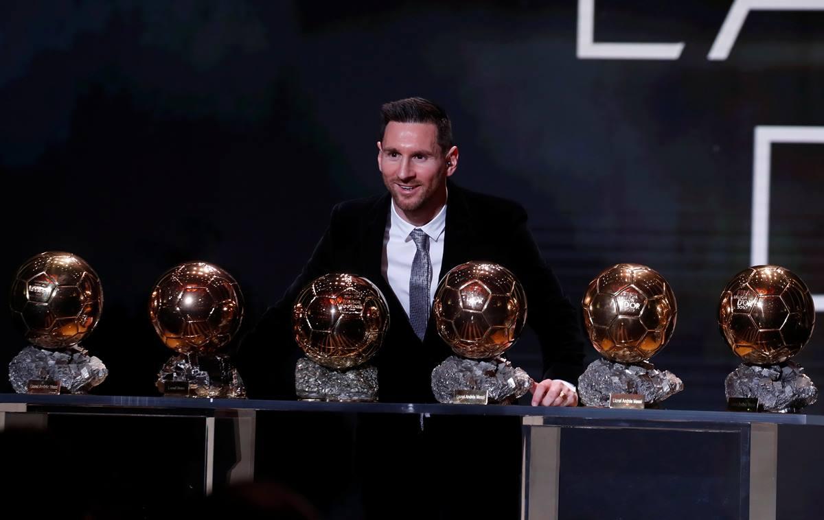 Leo Messi posa con sus seis galardones. EP