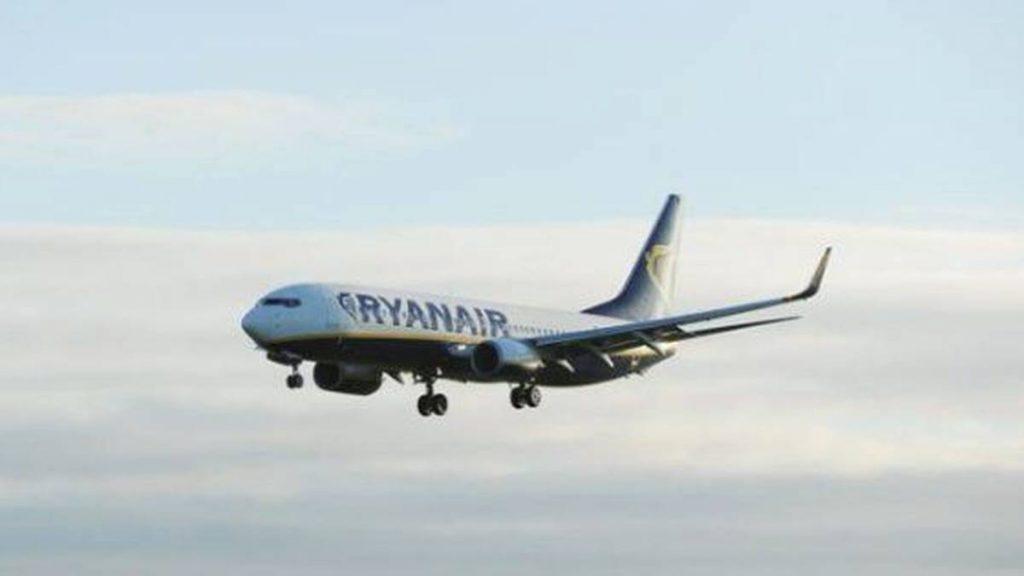 El avión despega de Barcelona a primera hora de la mañana todos los lunes. EE