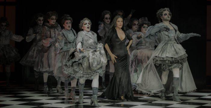 """Carmen Conesa: """"El personaje de Morticia es  maravilloso, es un regalazo"""""""