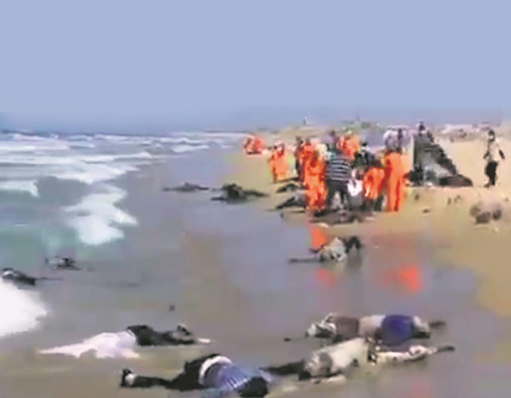 Decenas de cadáveres aparecieron en las playas mauritanas arrastrados por el oleaje tras naufragar el miércoles la patera que se dirigía a Canarias con 150 migrantes a bordo.