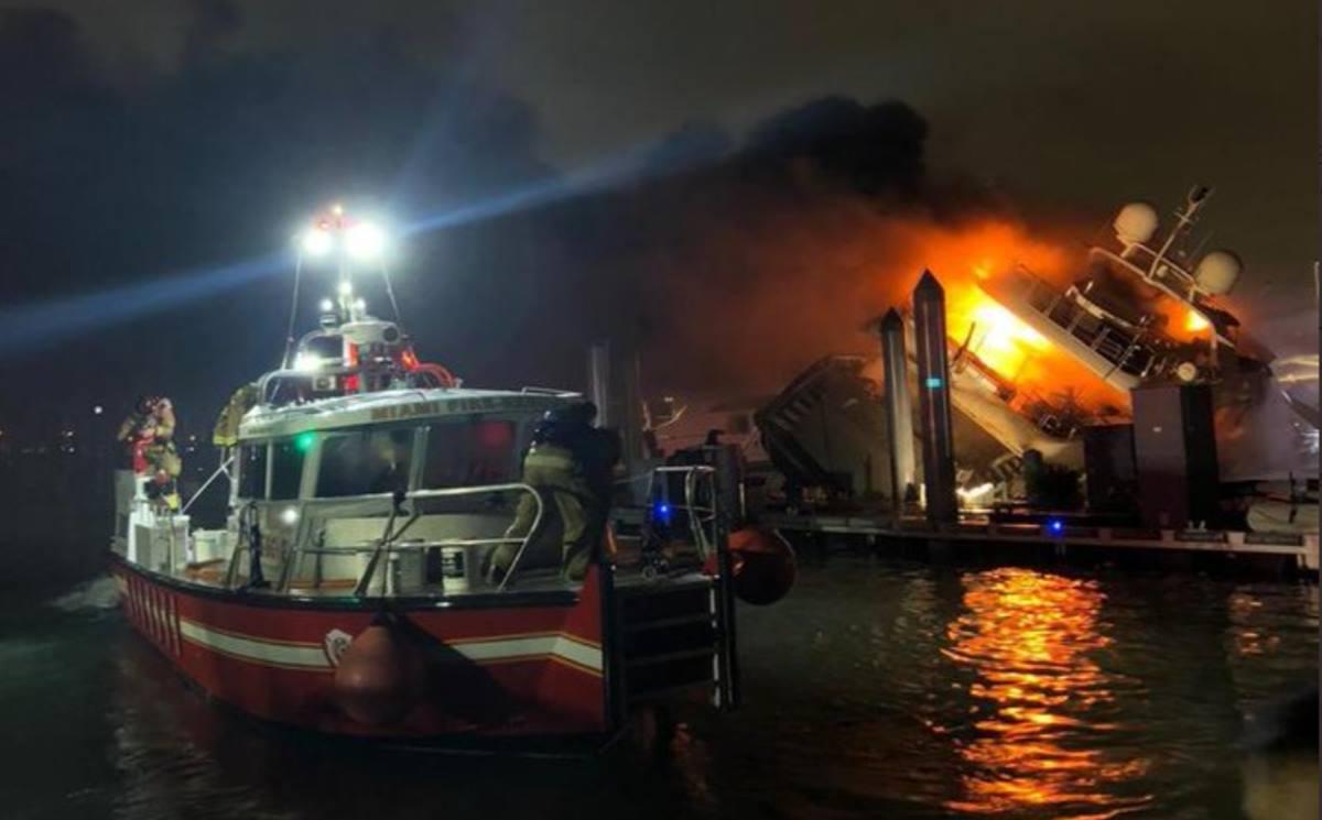 El yate de Marc Anthony se incendia y hunde en el puerto de Miami. Twitter (@ismaelmoli)