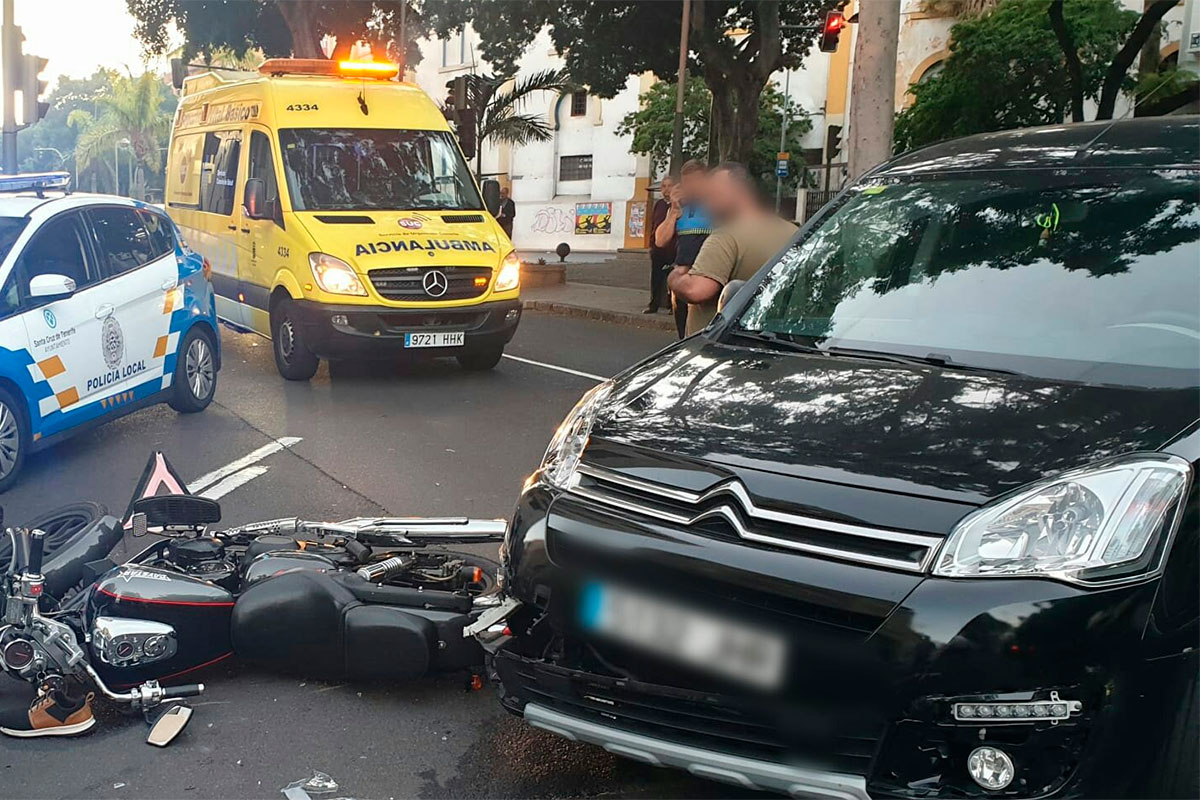 Un varón herido tras la colisión de un turismo y una motocicleta en Tenerife