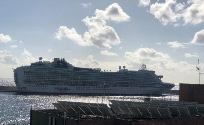 Un crucero que se averió camino de Lanzarote sigue atracado en Tenerife