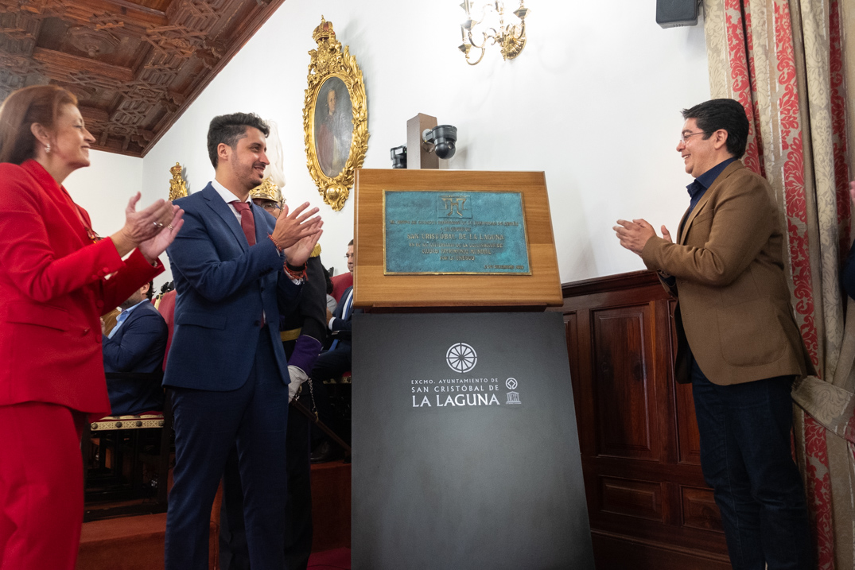 Durante el acto se descubrió la placa que la Unesco ha hecho llegar al Ayuntamiento con motivo del 20 aniversario del título como ciudad patrimonio. F. P.