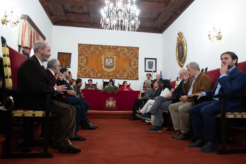 El acto tuvo lugar en el Salón de Plenos municipal con la presencia de distintas autoridades. Fran Pallero