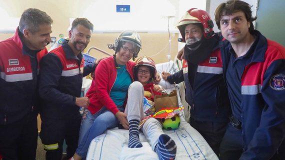 Un grupo de bomberos sorprende a los niños ingresados en La Candelaria