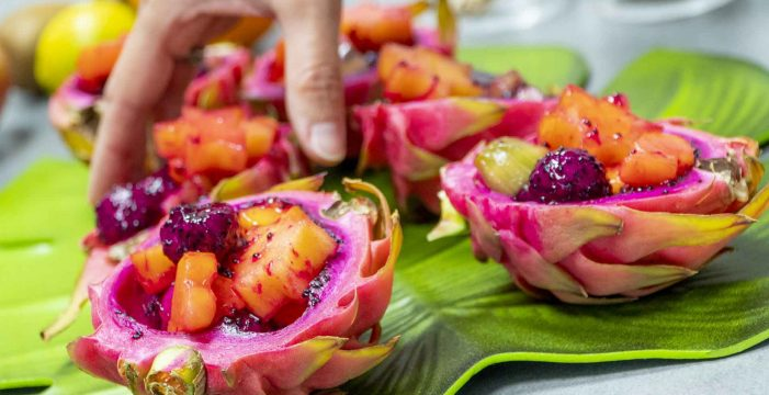 Macedonia de frutas tropicales para triunfar con invitados