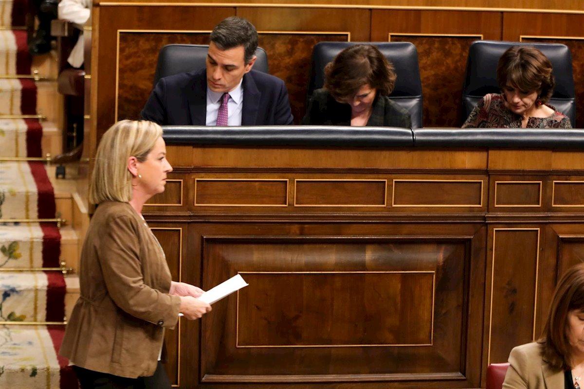 La diputada de Coalición Canaria, Ana Oramas, pasa por delante de Pedro Sánchez tras anunciar su voto negativo. EP