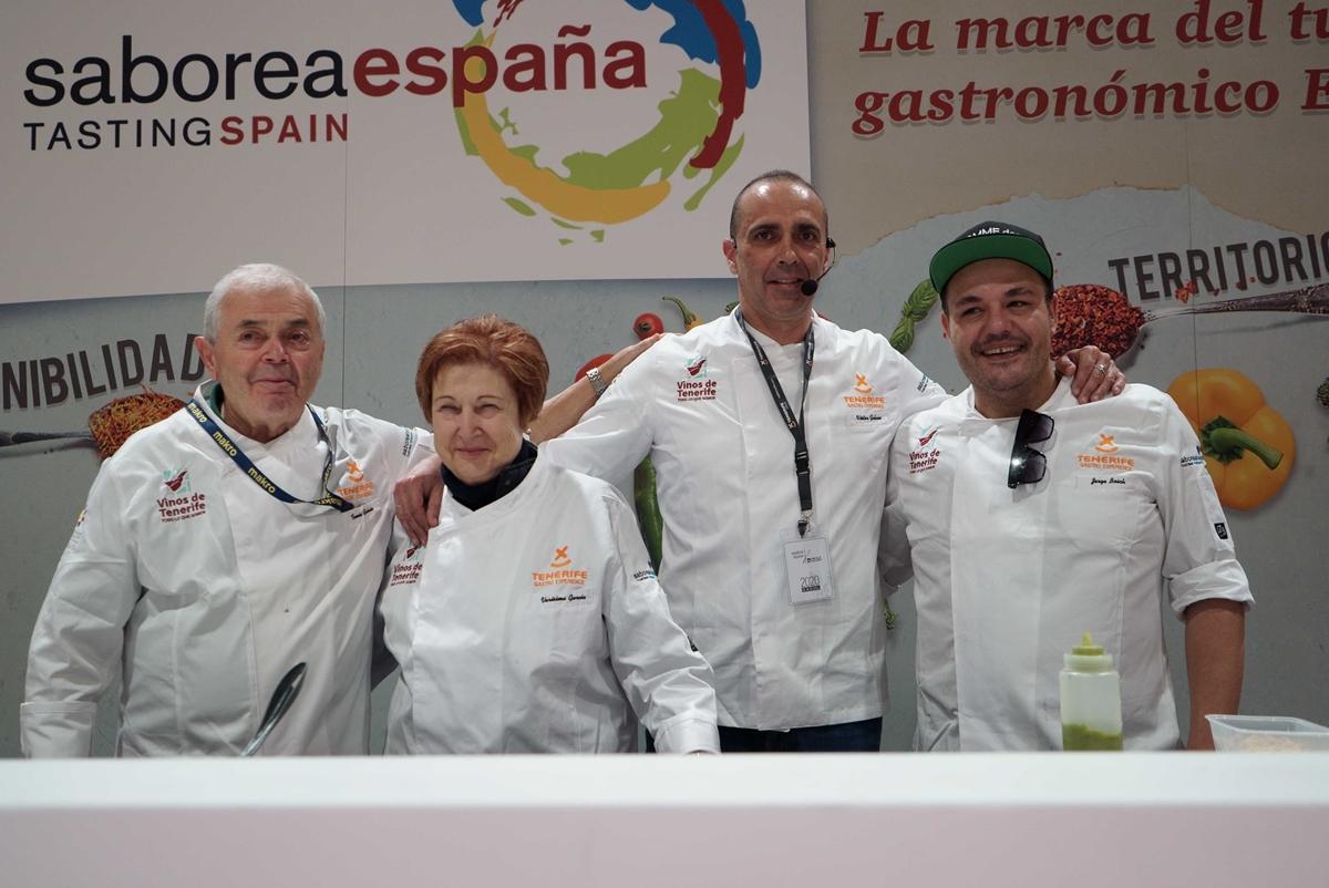 La familia Galván y Jorge Bosch posan tras la degustación de las costillas con papas. DA