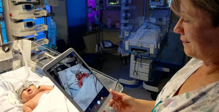 El HUC pone en marcha un servicio para ver a los bebés ingresados a través de tablet