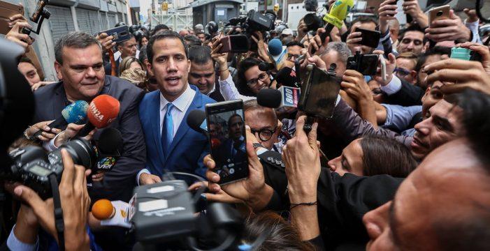 """Guaidó renueva como """"presidente encargado"""" de Venezuela tras burlar el bloqueo 'chavista' al Parlamento"""