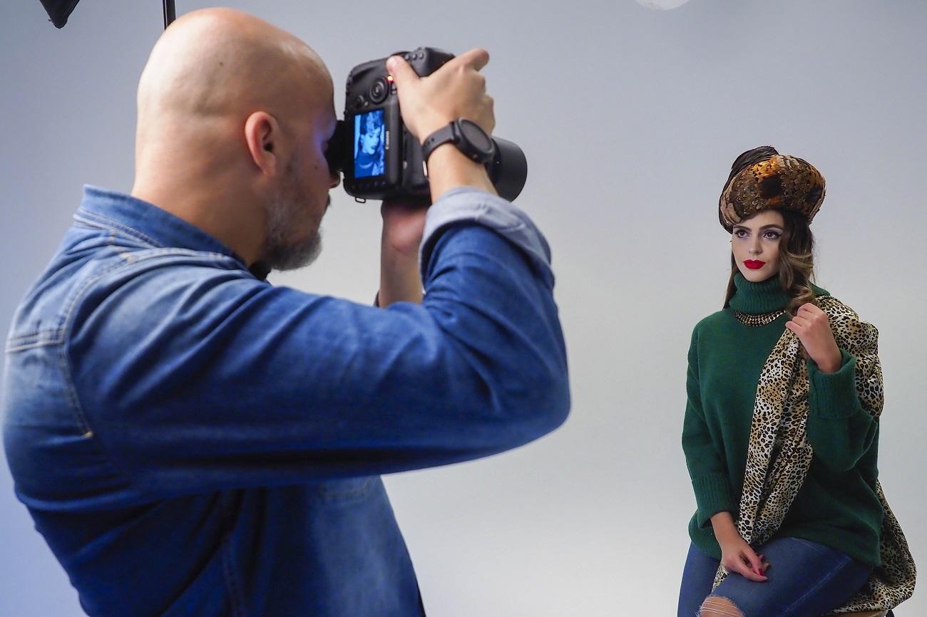Alfonso Bravo fotografía a Mily Reyes durante su sesión de fotos oficial