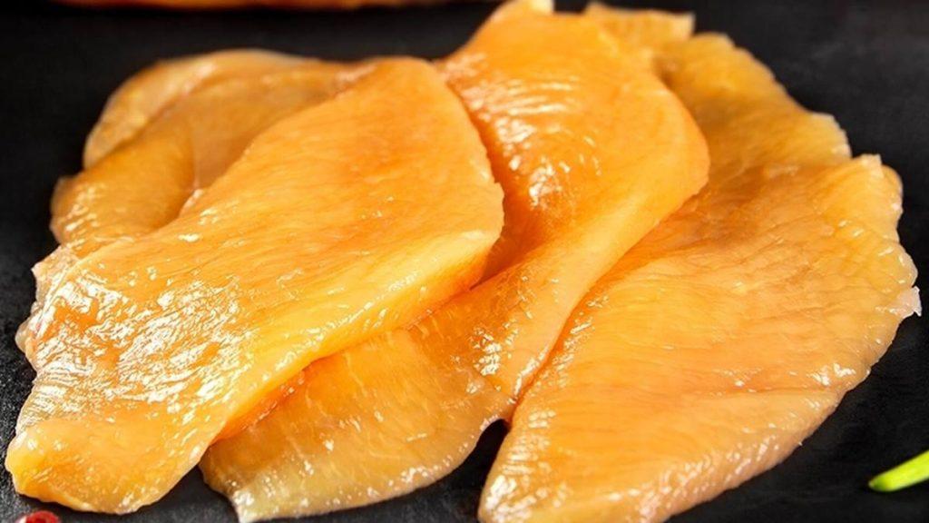 Filetes de pollo de color anaranjado. EE