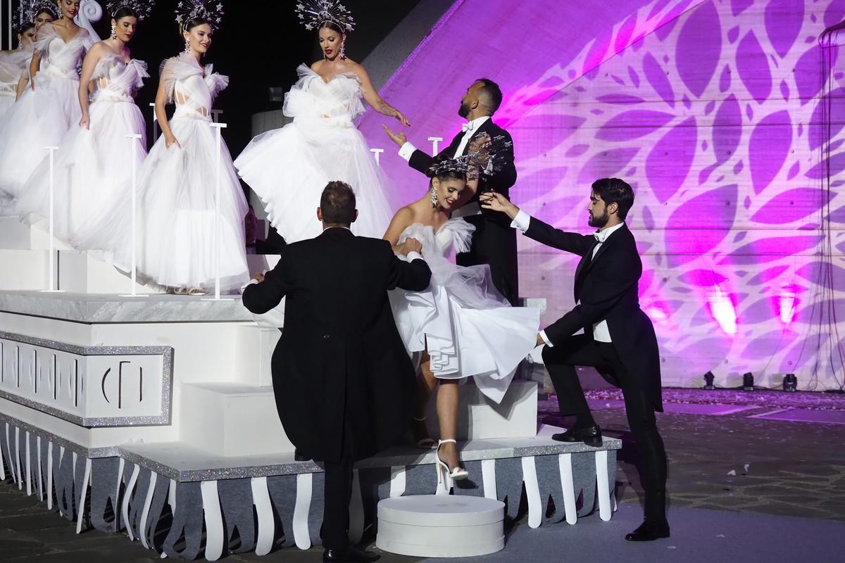 Mily Reyes baja de la carroza en la que hicieron su entrada las candidatas a Reina del Carnaval / Foto: Sergio Méndez