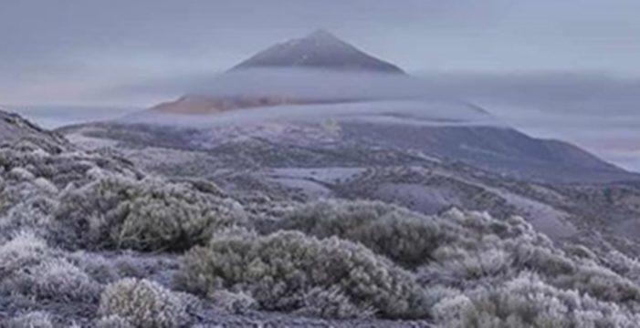 Las heladas dejan una espectacular imagen del Teide con un manto blanco