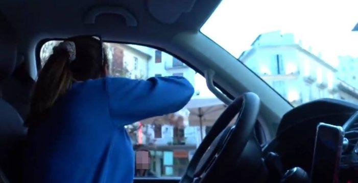 Las 'influencers' Danna y Maribe, criticadas por lanzar comida a los sintecho desde su coche