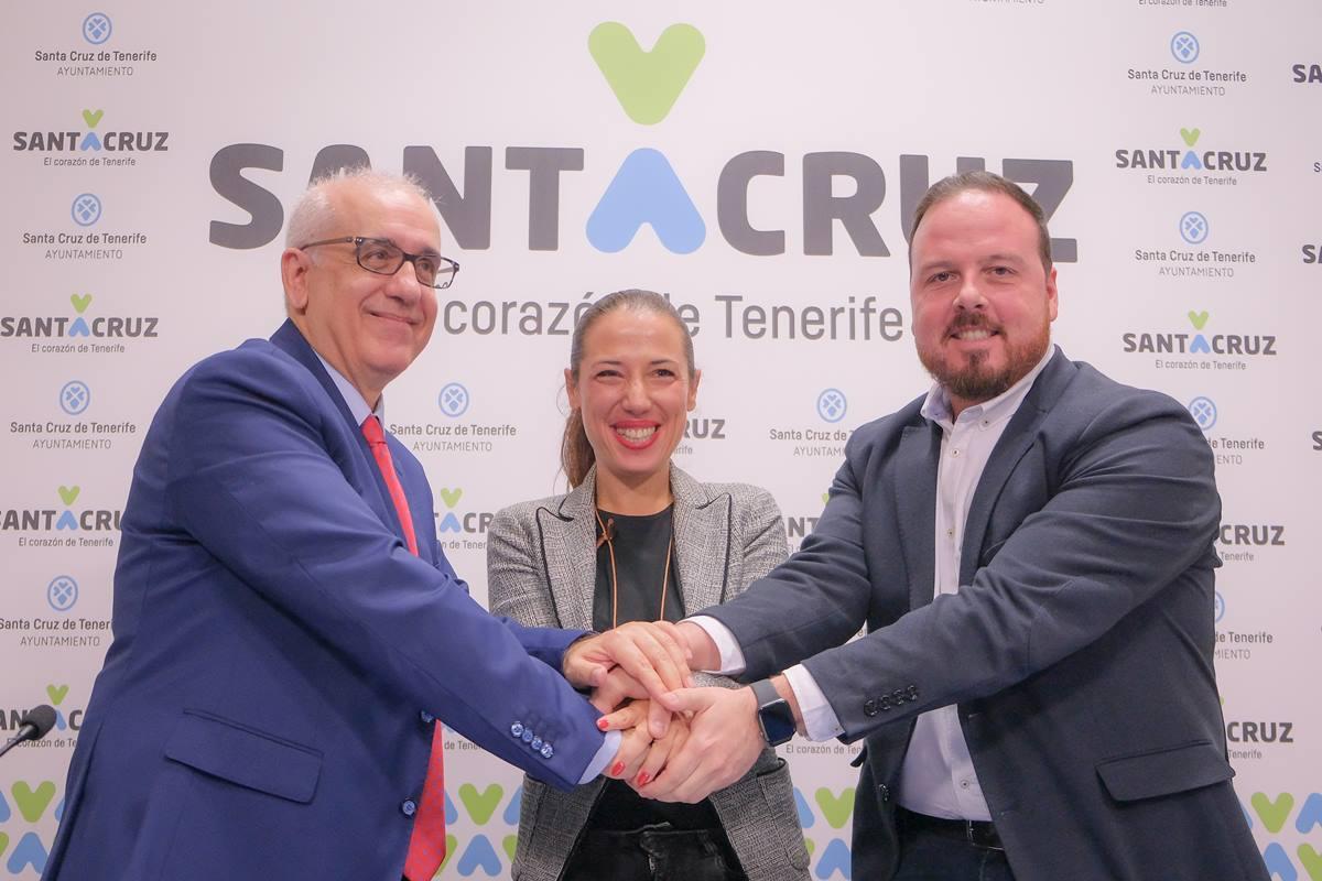 El director de RTVE en Canarias, Domingo Álvarez (I), la alcaldesa Patricia Hernández, y el concejal de Fiestas, Andrés Martín, ayer. DA