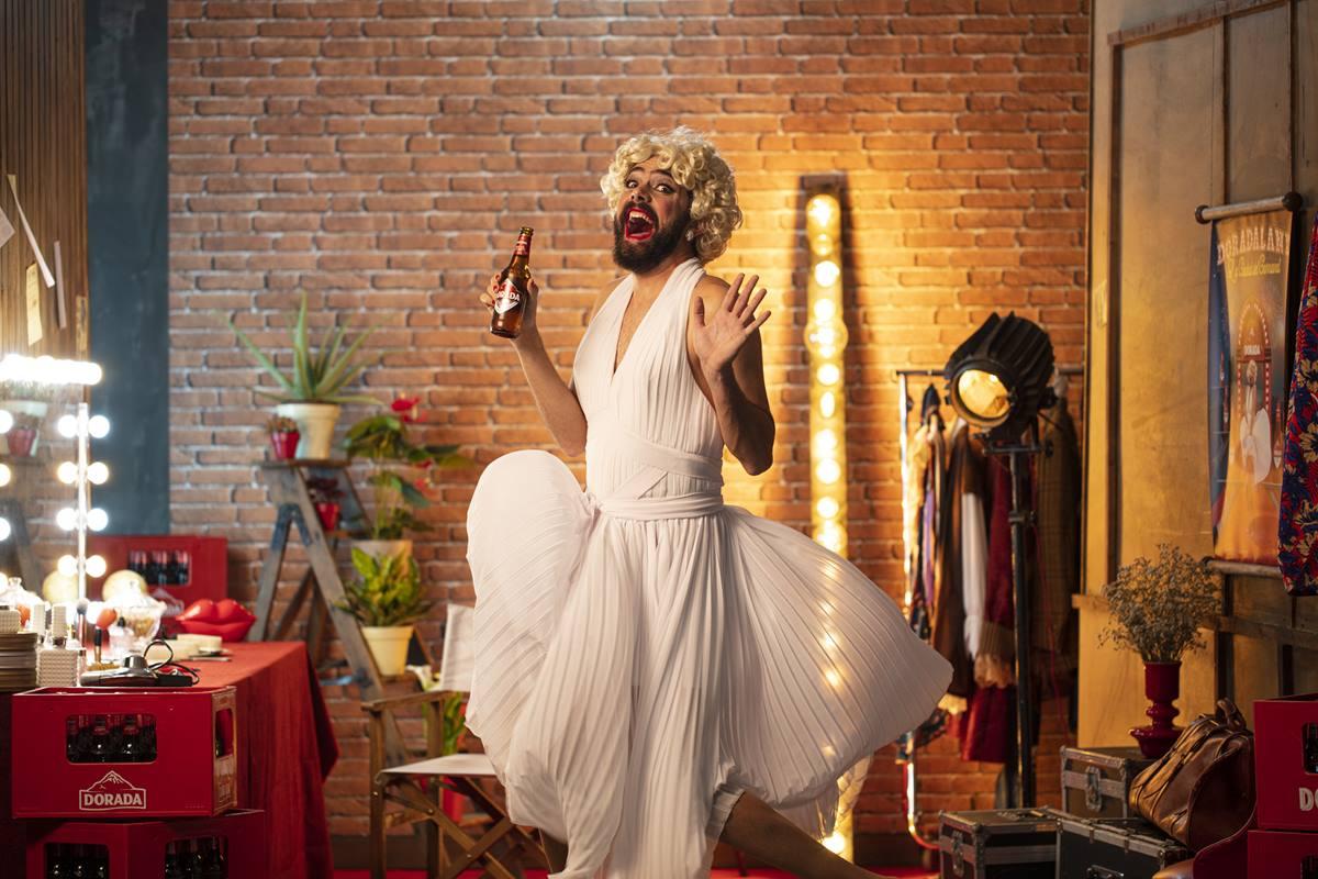 Jennifer Monroe, interpretada por Víctor Hubara, será una de las presentadoras del espectáculo, en el que habrá música, bailes y mucho humor. DA
