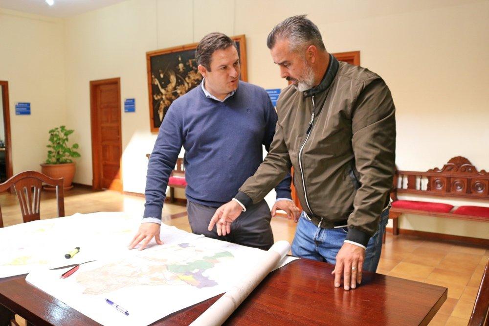 El alcalde José Julián Mena y el concejal de Urbanismo, Luis García. DA