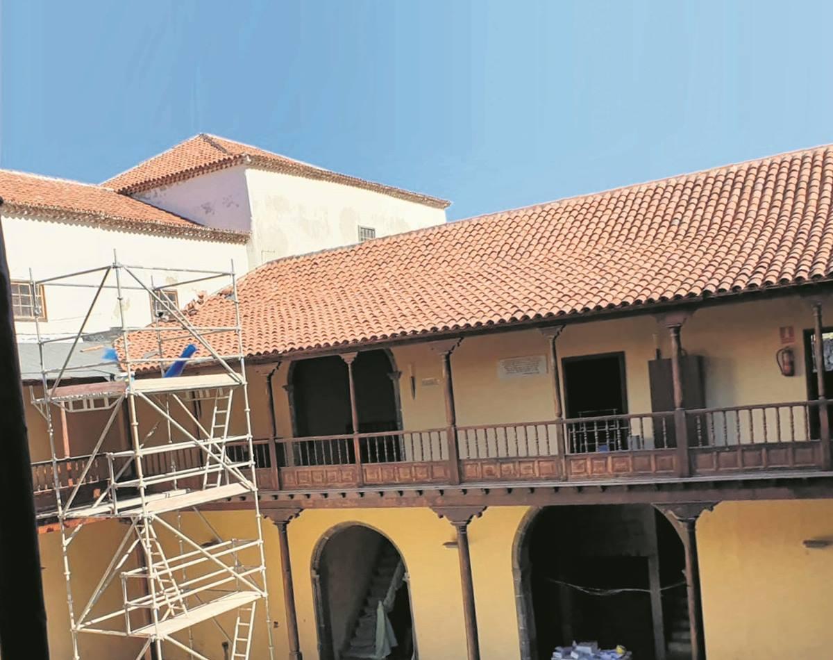 Las obras que se ejecutan en el patio del antiguo convento permitieron encontrar la cripta debajo del presbiterio, que se precintó por precaución. DA
