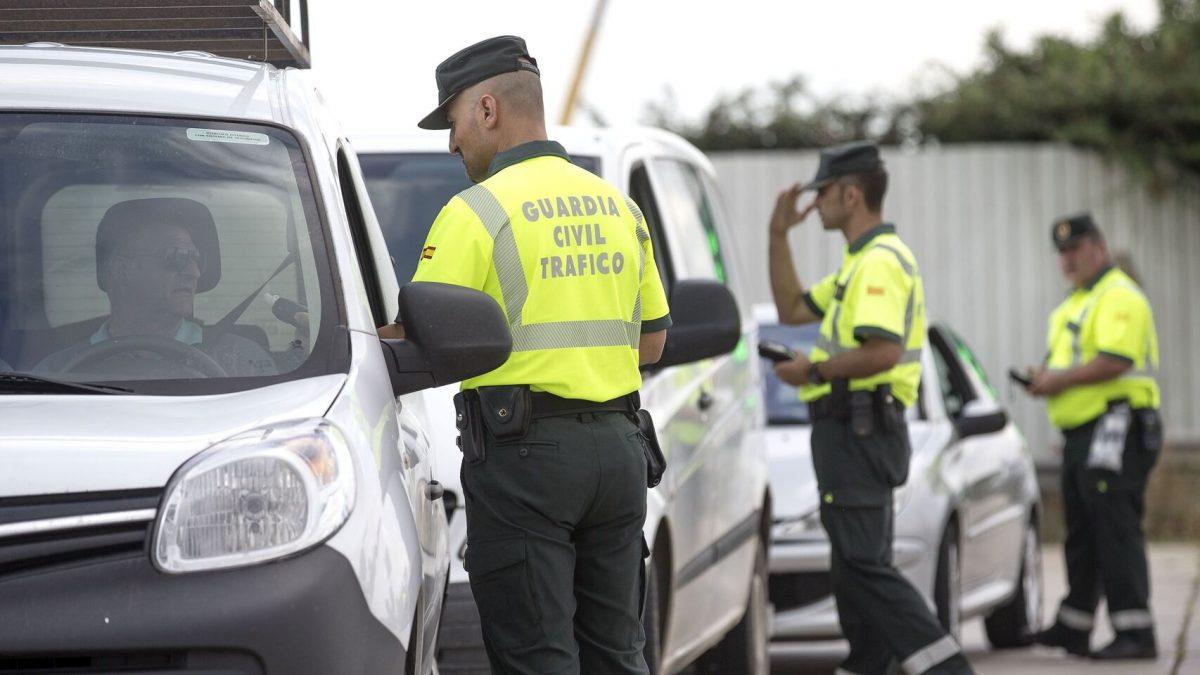 Agentes de la Guardia Civil realizan un control rutinario en la carretera.