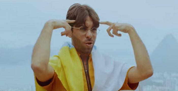 Don Patricio, bandera canaria en mano, 'cuenta lunares', con Anitta en Brasil