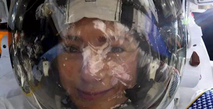 El selfie más cósmico: una astronauta se hace una foto con la Tierra reflejada en el visor