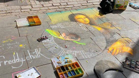El artista Freddy Chalk crea otra obra en Santa Cruz