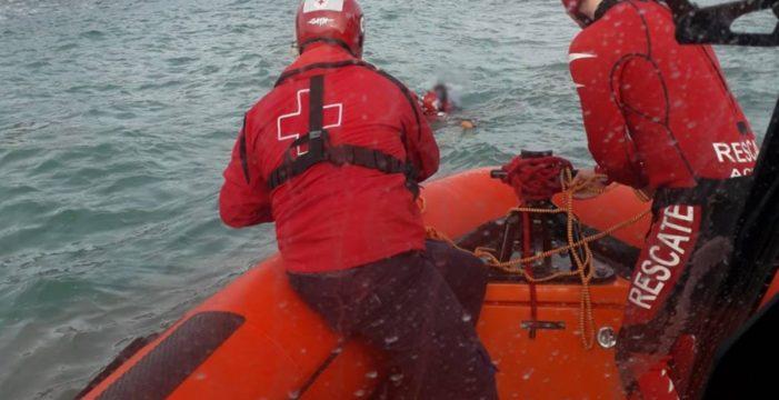 Sube la marea y se quedan aislados en la playa: así fue el rescate de cuatro personas en Mutriku