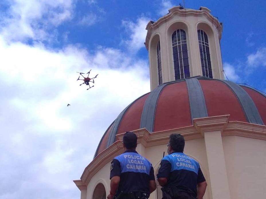 Dos policías locales en un operativo con la unidad de dron por el casco histórico de La Orotava. DA