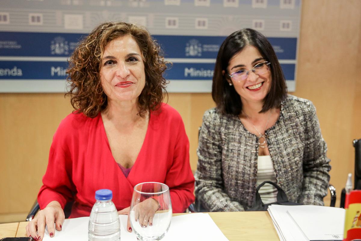 La ministra de Hacienda, María Jesús Montero, y la ministra de Política Territorial y Función Pública, Carolina Darias