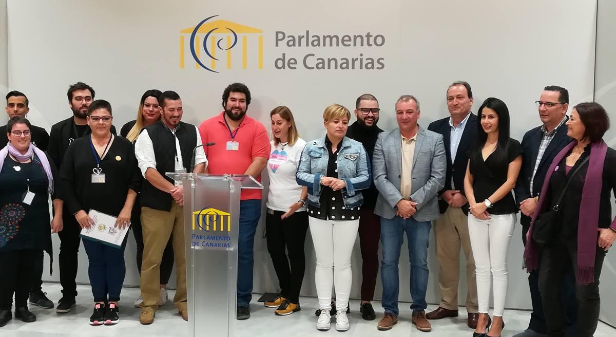 Rueda de prensa de representantes de todos los grupos del Parlamento de Canarias con una delegación de colectivos LGTBI. DA