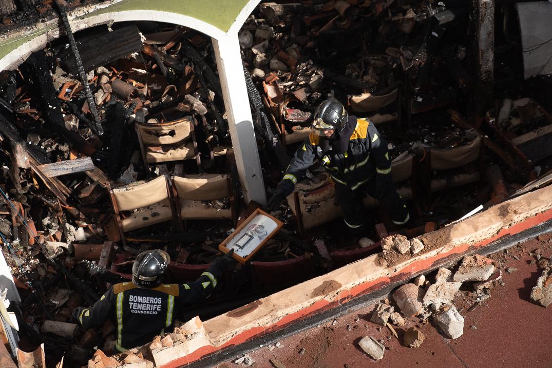 Dos bomberos trabajan en el Ateneo de La Laguna tras sofocar las llamas. Fran Pallero