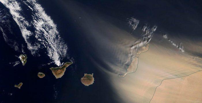 La mayor tormenta de arena en 20 años 'asfixia' a Canarias