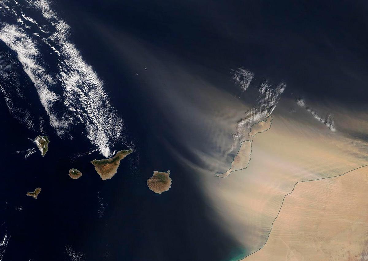 Una imagen del satélite MODIS de la NASA realizada durante las primeras horas de ayer muestra como el polvo en suspensión comenzaba a desplazarse desde África hasta Canarias. DA