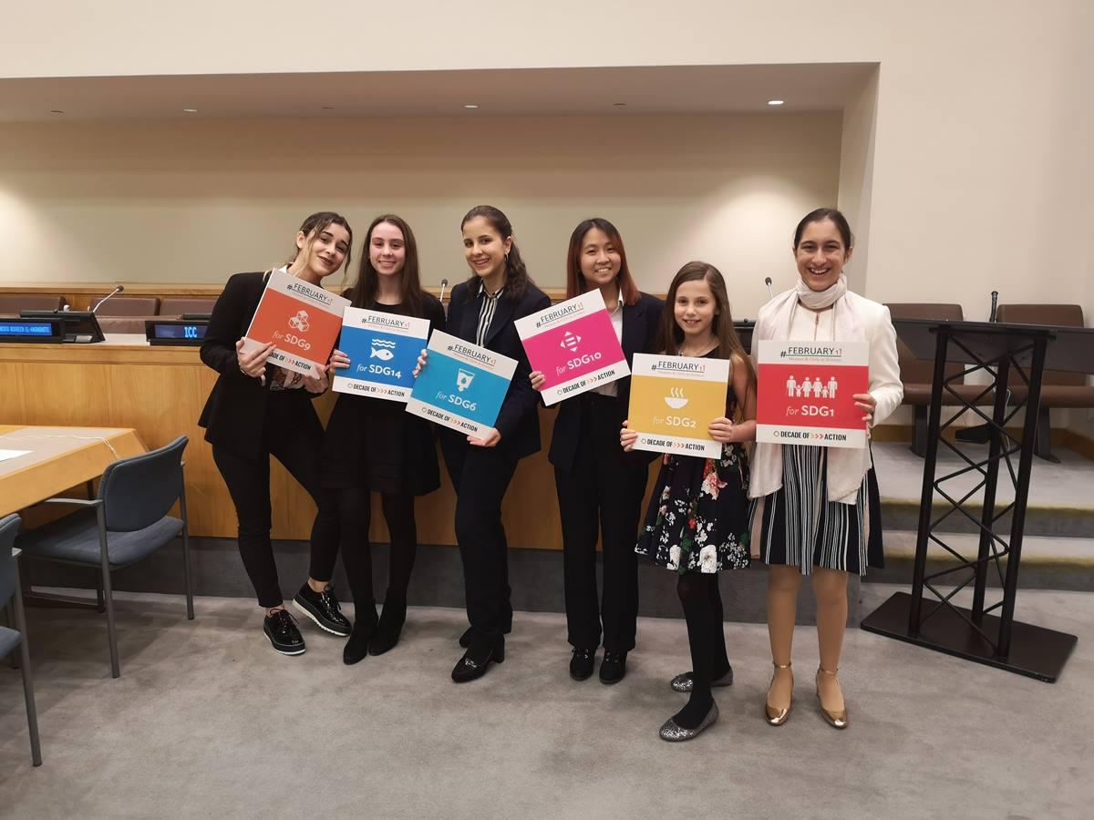 Victoria Ballesteros (tercera por la izquierda) junto a las representantes de la organización internacional Girls in Science, de la que forma parte. DA