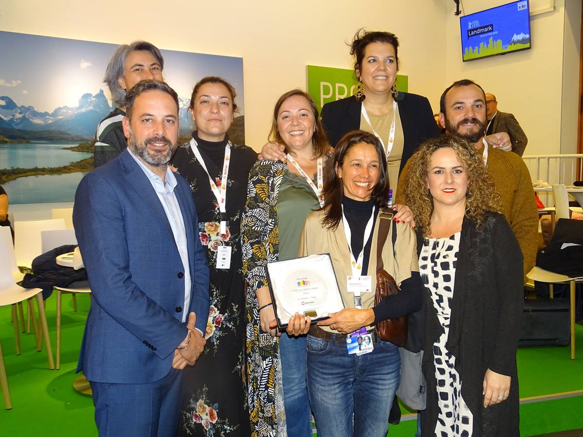 Rubén Pérez (izquierda) y Lucía Fuentes (derecha) arropan a los responsables de 'Hierro' tras recoger el premio. DA