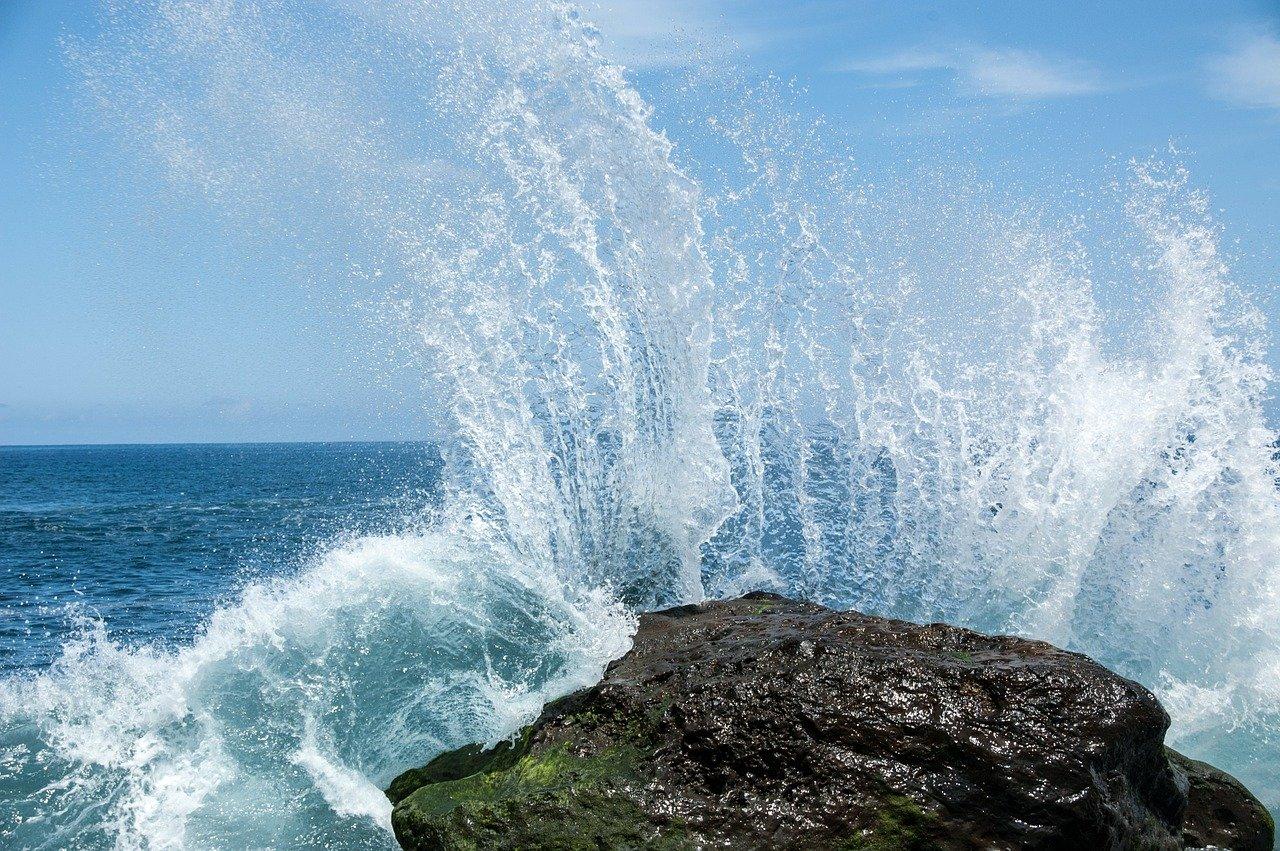 El agua impacta contra una roca en Tenerife. Pixabay