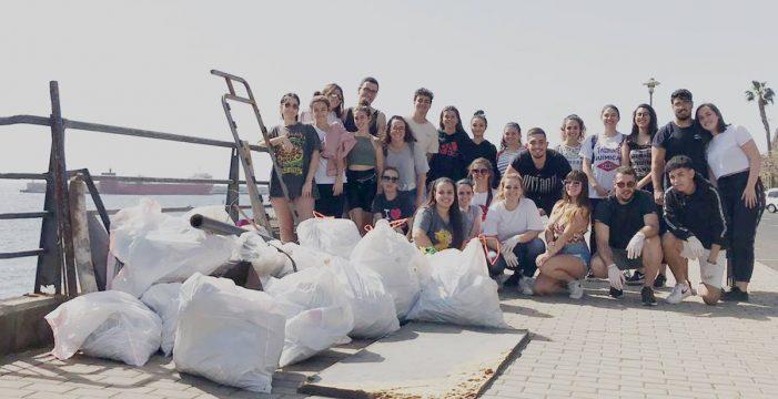 """Alumnos de Trabajo Social limpian la playa de Valleseco: """"Recogimos ropa interior manchada, papeleras de metal y productos tóxicos"""""""