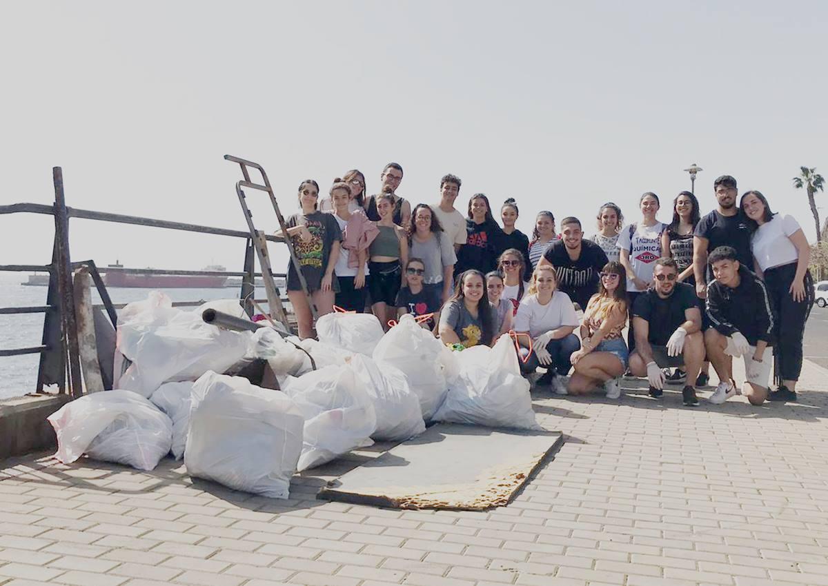 Alumnos del primer y segundo curso de Trabajo Social de la ULL en su primera recogida de residuos en el entorno de la playa de Valleseco. DA