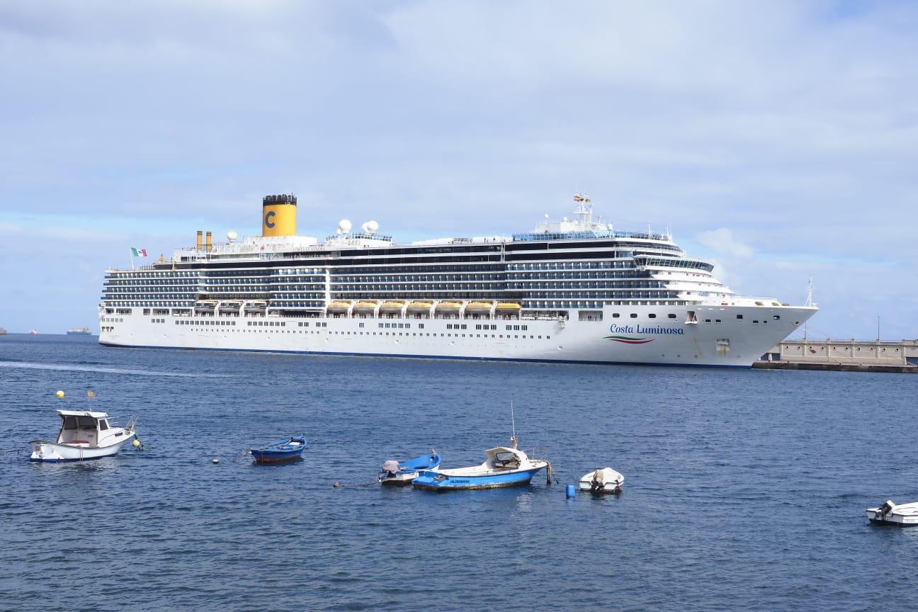 Autorizan el atraque de un crucero en Tenerife que necesita dos evacuaciones