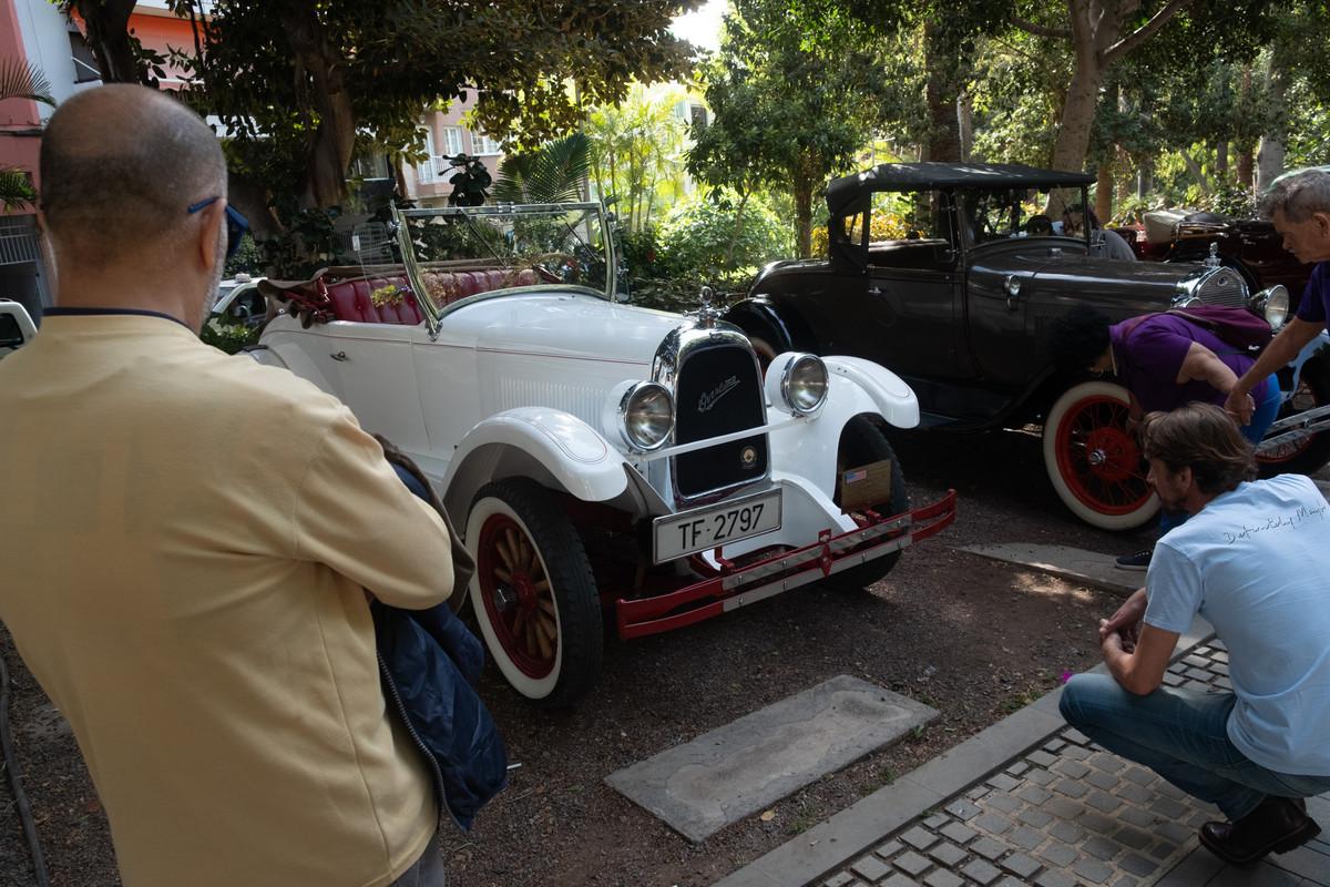 Los coches antiguos reinan en las calles de Santa Cruz